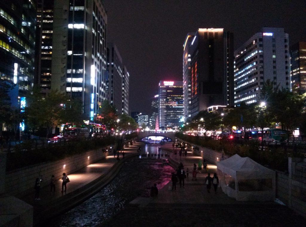 Der Fluß Cheonggyecheon im Zentrum Seouls bei Nacht