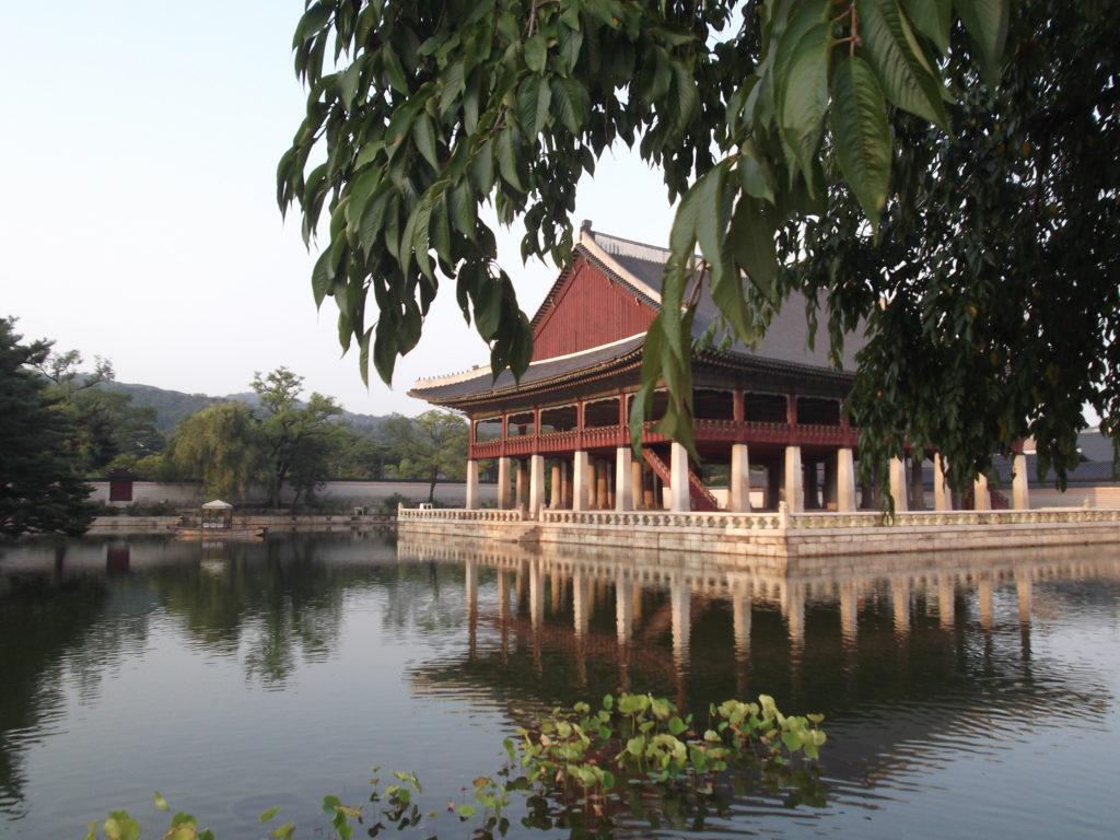 Ein Gebäude im Park des Gyeongbokgung Palastes in Seoul- eine der bekannteseten Sehenswürdigkeiten Seouls