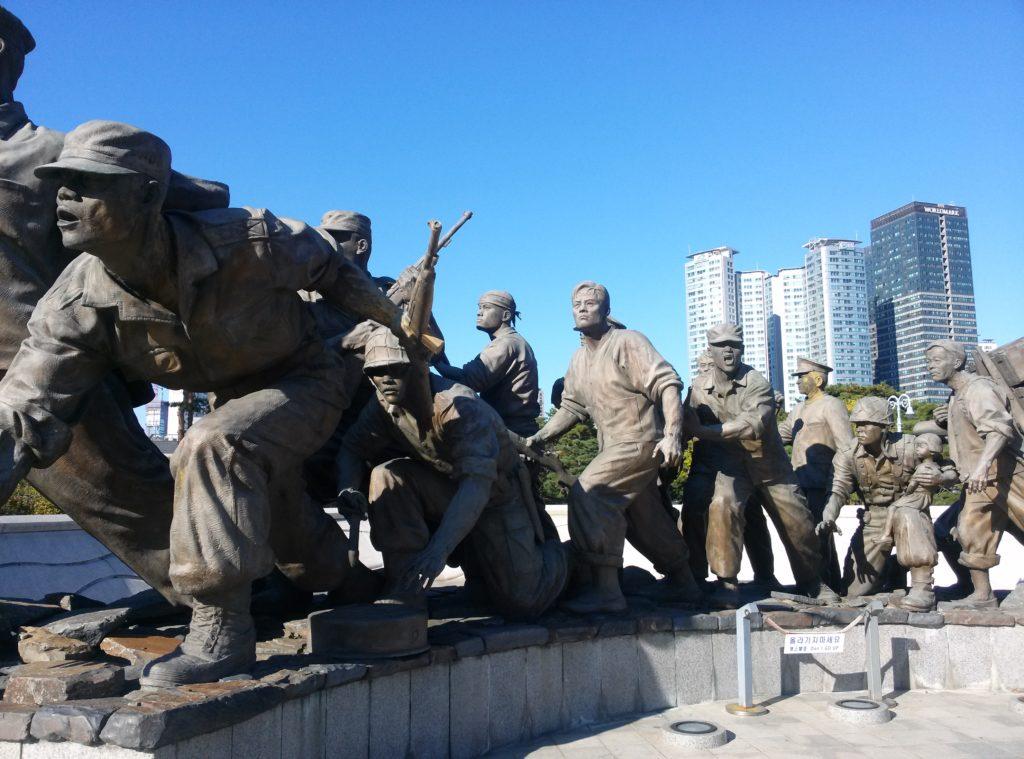 Statuen beim Korean War Memorial Museum in Seoul