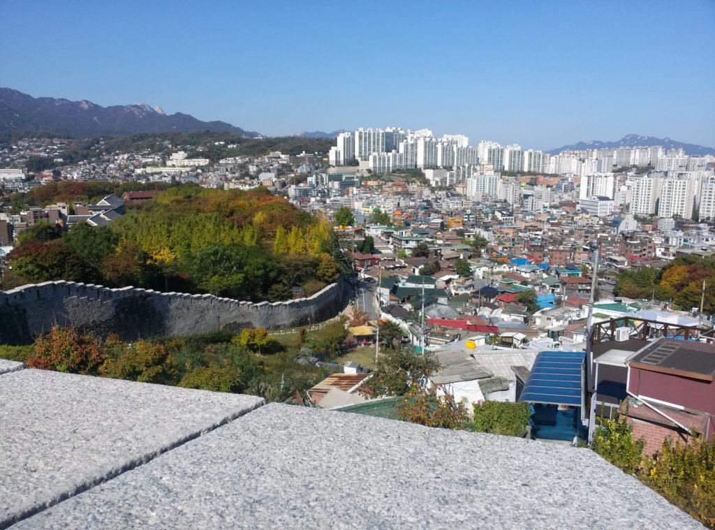 Blick von der Stadtmauer Seouls auf die Stadt