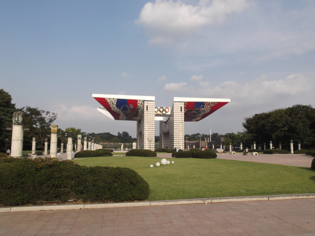 Eingangstor des Olympiaparks in Seoul
