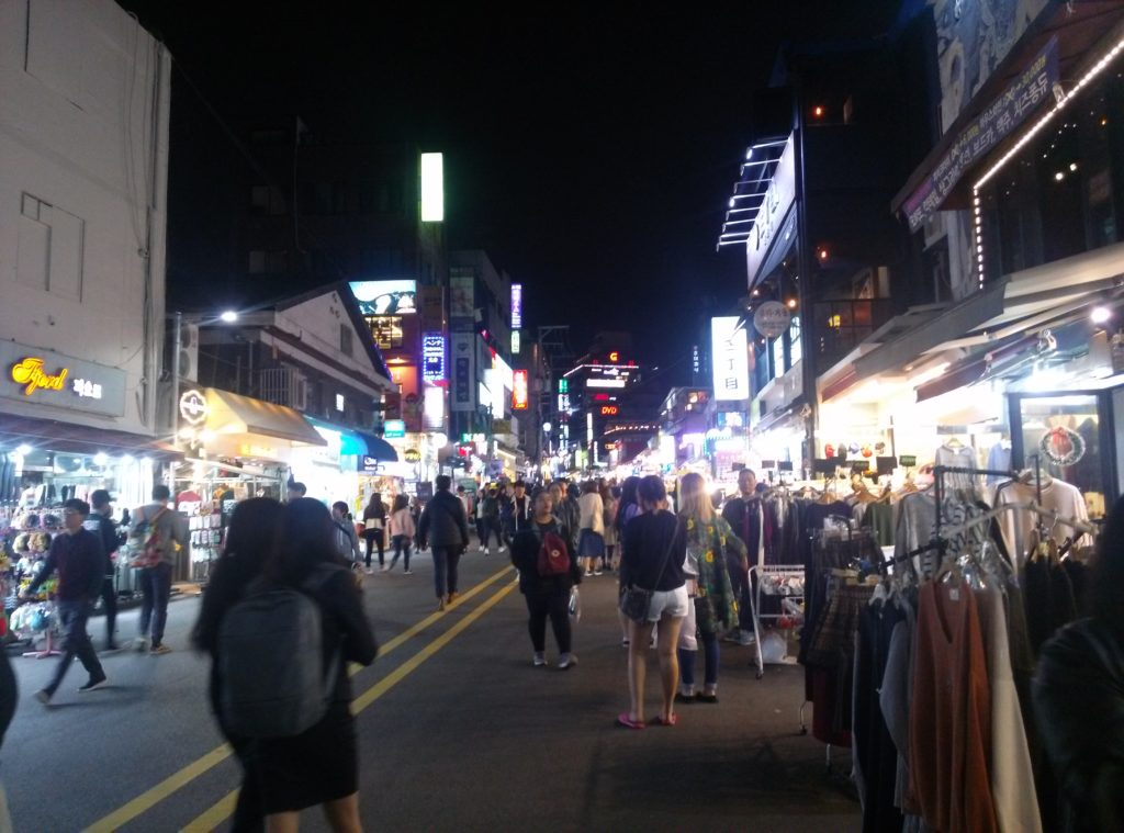 Das Augehviertel Hongdae in Seoul bei Nacht