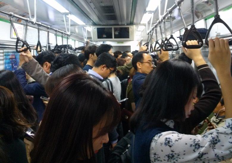 Menschen auf dem Weg zur Arbeit in Korea
