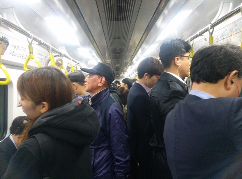 Pendler auf dem Weg zur Arbeit in der Seoul Metro