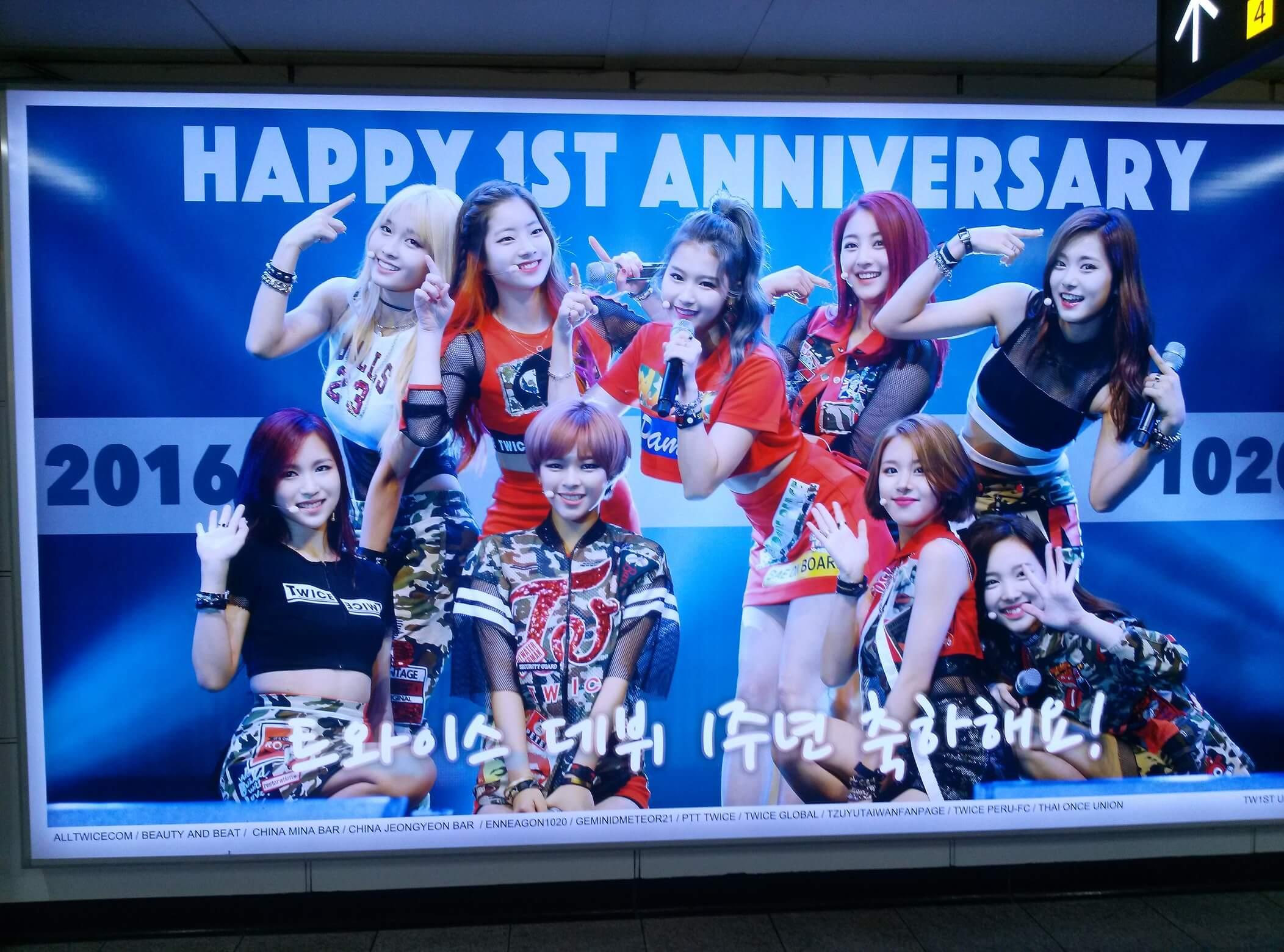 Ein typisches Bild in einem U-Bahnhof in Seoul. Das Bild zeigt die Girlgroup TWICE.